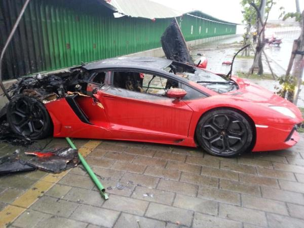 3m lambo aventador crashes and burns in taiwan. Black Bedroom Furniture Sets. Home Design Ideas