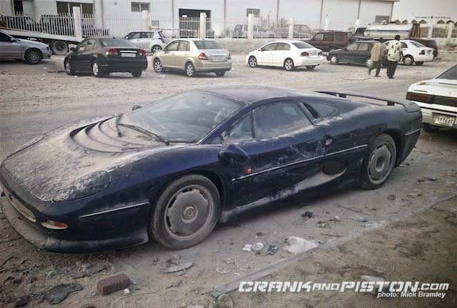 jaguar-xj220-abandoned-in-desert_100310036_m
