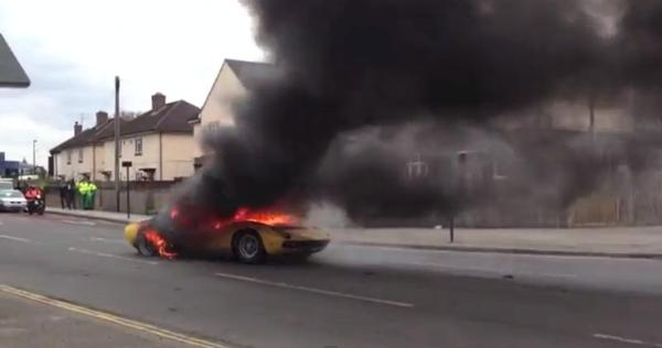A few seconds later, the whole car burns fiercely